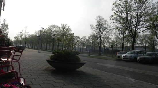 Ibis Amsterdam City West : Vista para a ruazinha, tranquila, apesar de ficar a 12 min de Bus da Grande Amsrterdã!