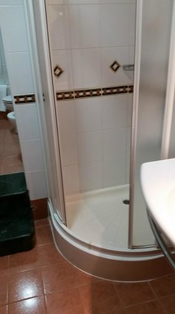 Ramada Dubai : budget hotel shower in Ramada premium room