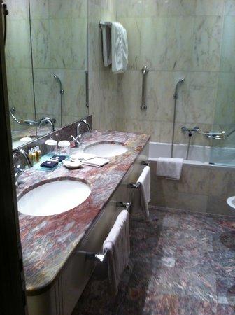 Boscolo Budapest, Autograph Collection: Вид на ванную комнату