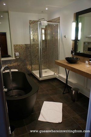 Grand Hotel de Tours: Modern-looking bathroom