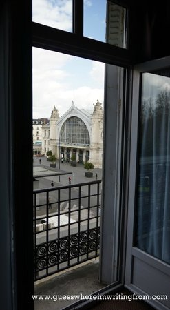 Grand Hotel de Tours: View of the Tours train station from our room