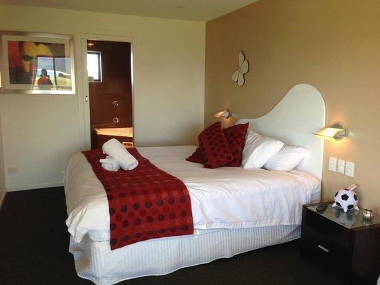 Diamond Island Resort & Penguin Show: sleeping area with bathroom