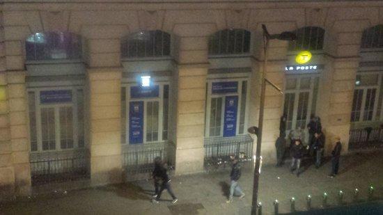 Ibis Styles Hôtel Paris Gare du Nord TGV: Hooligans loitering at night, hollering