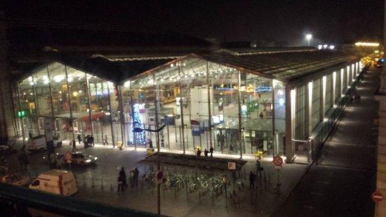 Ibis Styles Hôtel Paris Gare du Nord TGV: Gare du nord @ night