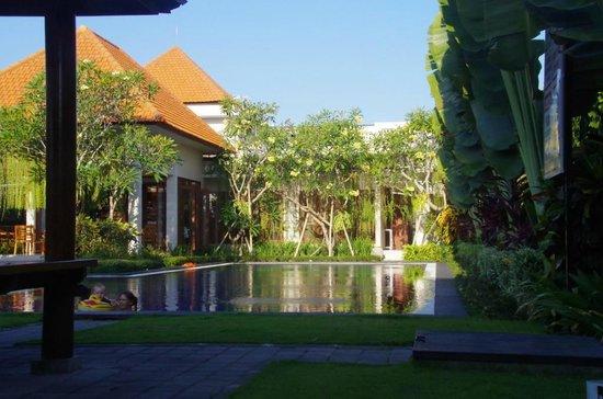Taman Ayu Town House: pool area
