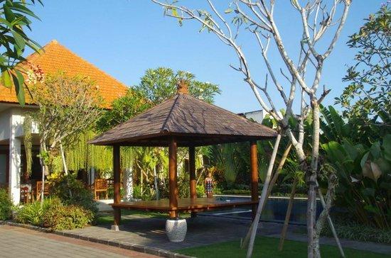 Taman Ayu Town House: bale near pool and resto