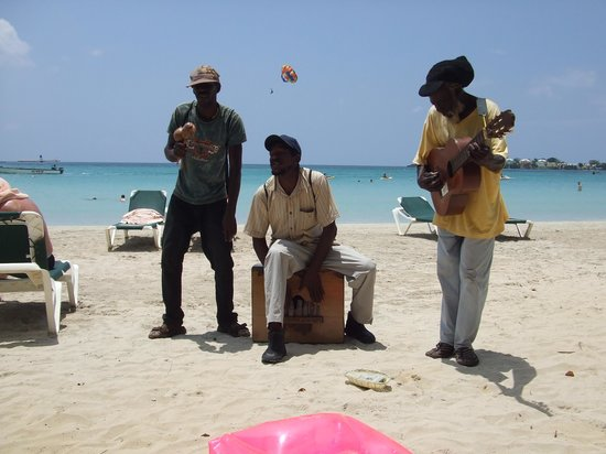 Hotel Riu Palace Tropical Bay : Beach buskers