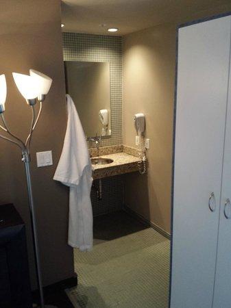 Catalina Hotel & Beach Club : bathroom area