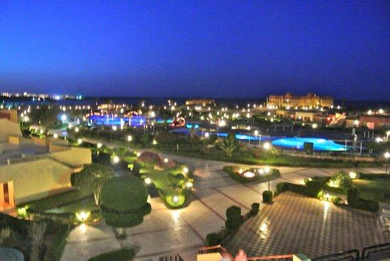 El Malikia Resort Abu Dabbab: La struttura di El Malikia Resort di notte