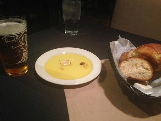 Machiavelli's Italian Restaurant: Garlic and olive oil served with the best bread!