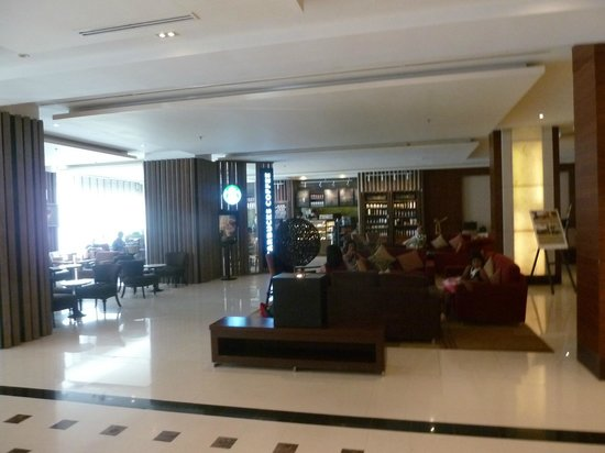 Mercure Bangkok Sukhumvit 11: The main lobby