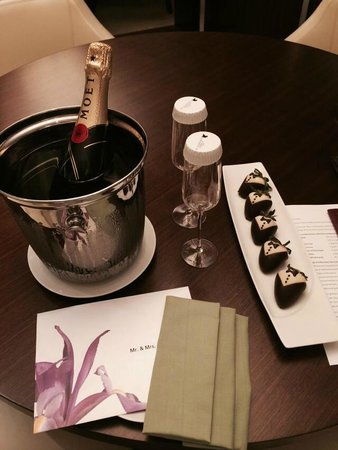 JW Marriott Marquis Hotel Dubai: We got a very special treat at the arrival in our room