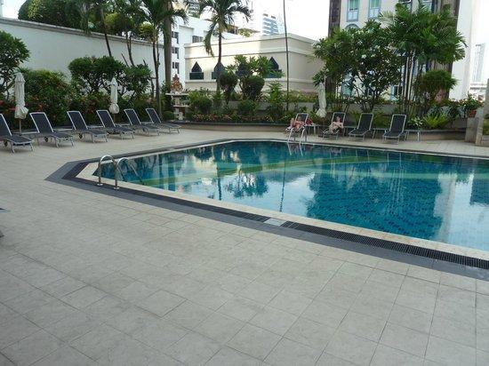 Mercure Bangkok Sukhumvit 11: The pool area on level 5