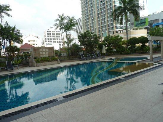 Mercure Bangkok Sukhumvit 11: The swimming pool at level 5