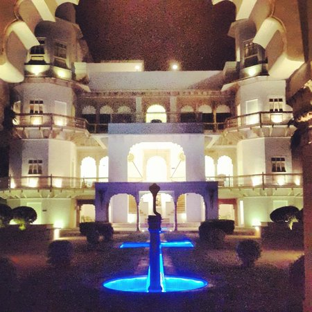 Usha Kiran Palace : Hotel in the evening