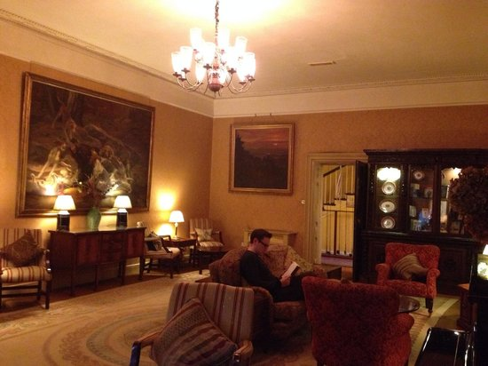 Ballynahinch Castle Hotel : Reading in the Hunt's room after dinner