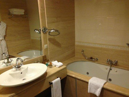 Rixos Almaty : Nice bathtub with jacuzzi but poor toiletries
