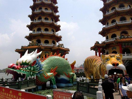 Dragon Tiger Tower: close-up to entrance of pagodas