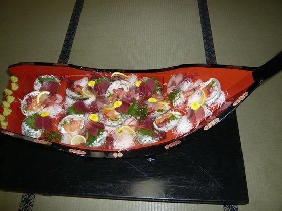 Hotel Shioyazaki : お刺身は人数分を分けてあり、少々さびしい内容だ。