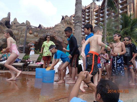 Aulani, a Disney Resort & Spa: プールでバケツリレー