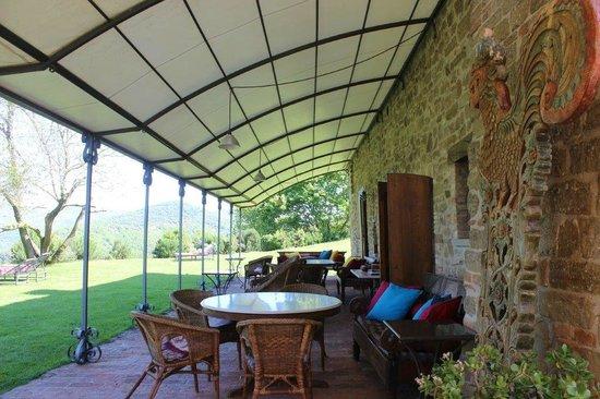 Locanda del Gallo: il patio con le belle panche indonesiane