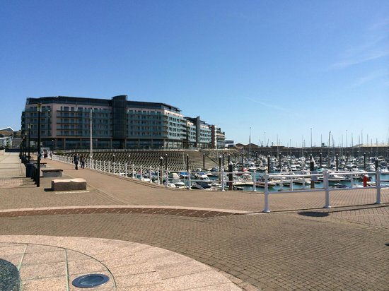 Radisson Blu Waterfront Hotel, Jersey: Hotel from harbour wall