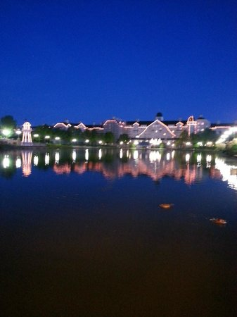Disney's Newport Bay Club: Back of the hotel over the lake