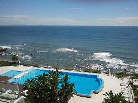 Hotel Cascais Miragem: Вид с балкона на бассейн и океан