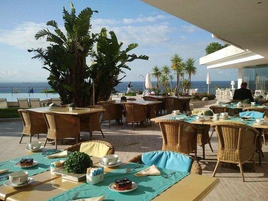 Hotel Cascais Miragem: Терраса для завтрака у бассейна с видом на океан