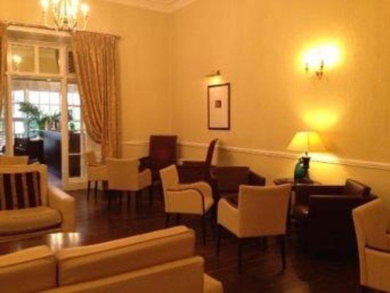 Athenaeum House Hotel : read a book