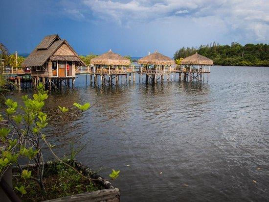 Thmorda Garden Riverside Resort: Over water dining area