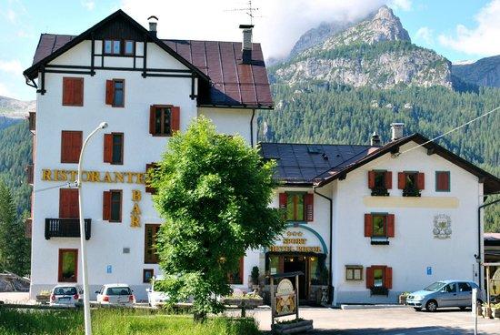 Sport Hotel Pocol: Facciata hotel in estate