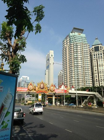 Banyan Tree Bangkok : From South Sathon Road - The Banyan Tree is the thin building in the background.