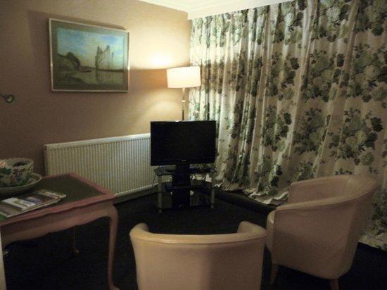 Mount Royale Hotel & Spa: TV area