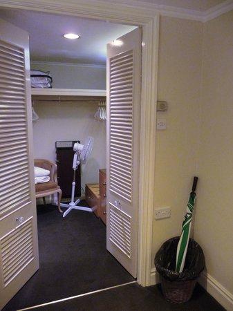 Mount Royale Hotel & Spa: Walk in closet