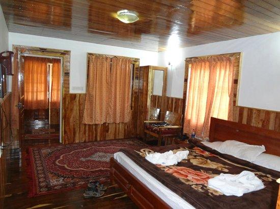 Lilly's Valley Resort: inside room