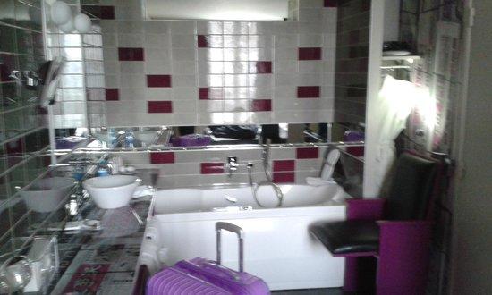 Apostrophe Hotel : Banheira dentro do quarto