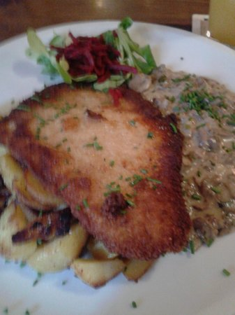 Sophieneck: Schnitzel with fried potatoes and mushroom sauce