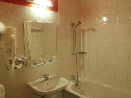 Comfort Hotel Paris La Fayette : Baño habitación 4to piso