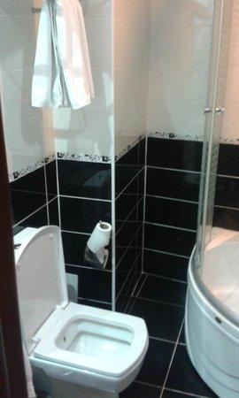 Basileus Hotel: Bathroom