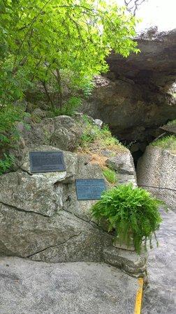 Natural Bridge Caverns : Entrance to cave
