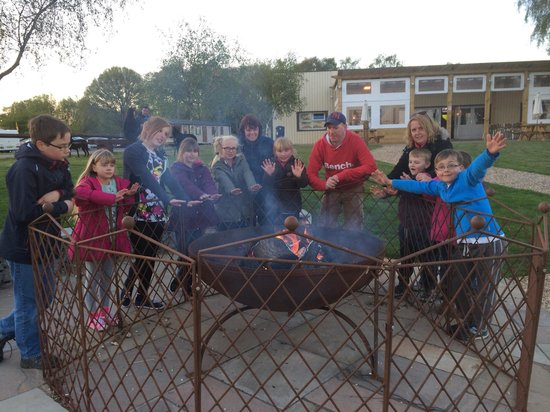 Tattershall Lakes Country Park: Fun by the fire pit :-)