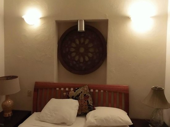 Da House Hotel : Artwork above bed