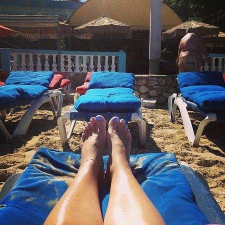 Legends Beach Hotel: Getting sun at Legends