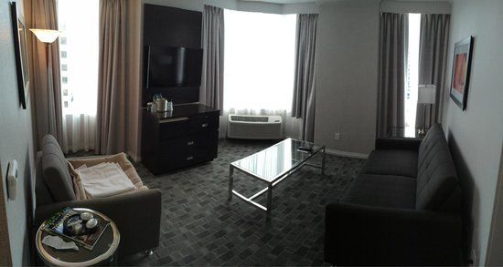 DoubleTree by Hilton Hotel Toronto Downtown: Living Room