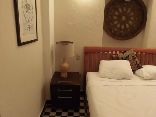 Da House Hotel: Bed/Nightstand