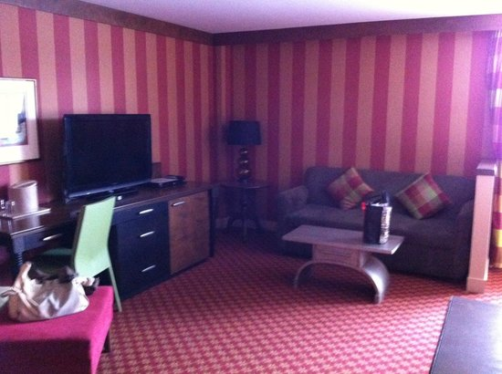 Le Champlain Hotel: Living room in suite