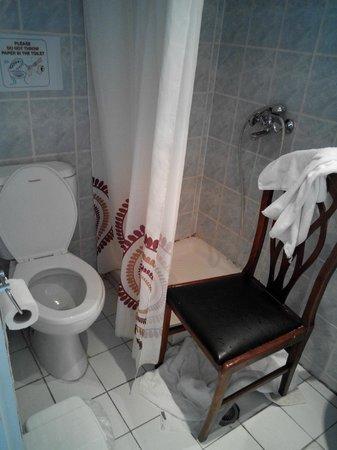 Hotel Neos Olympos: tutto ristretto, la sedia presa dall'andito non essendoci nulla per appoggiare qualunque cosa