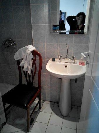 Hotel Neos Olympos: niente per appoggiare, prodotti e asciugamani....presa una sedia dall'andito