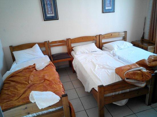 Hotel Neos Olympos: sedia presa dall'andito, non avendo comodini